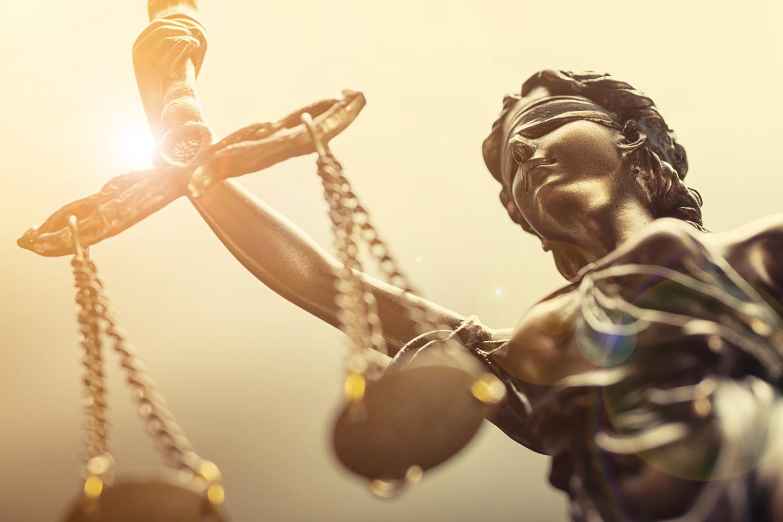 Advies bij het voeren van schikkingsonderhandelingen en bij het opstellen of beoordelen van contracten en juridische stukken. Ook staan wij u bij in de rechtbank als procesgemachtigde